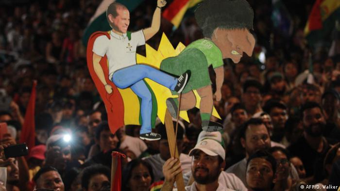 Controvertida representación visual de la demanda opositora, durante las protestas. (AFP/D. Walker)