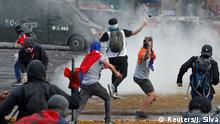 04.11.2019+++ Demonstrators throw stones and tear gas canister during a protest against Chile's government in Santiago, Chile November 4, 2019. REUTERS/Jorge Silva