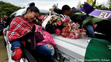 El portavoz de la Oficina de Naciones Unidas para los Derechos Humanos, Rupert Colville, dijo este viernes que el organismo está verificando otras 34 posibles muertes de activistas en Colombia. Al menos 19 defensores de derechos humanos y líderes sociales han sido asesinados en Colombia en lo que va de 2020, recordó Colville. Foto: familiares de líder indígena le dan el último adiós. (24.04.2020).