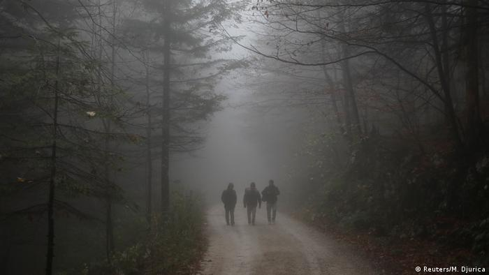 Three people walking through woods (Foto: Reuters/M. Djurica)