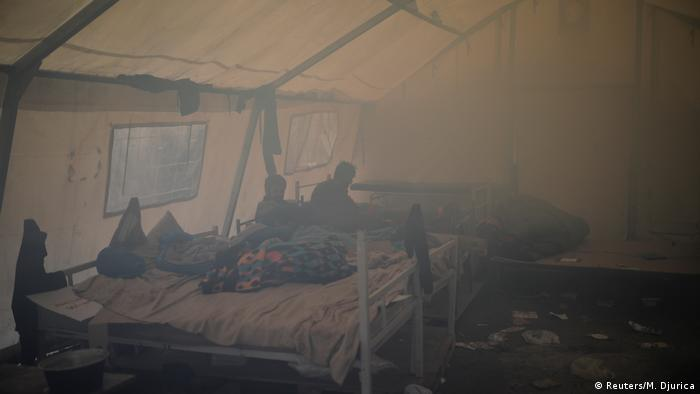 Two men in a smoke-filled tent (Foto: Reuters/M. Djurica)