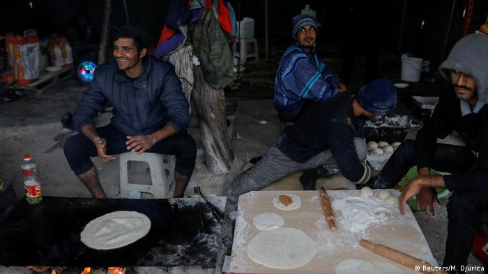 Three men preparing flatbread (Foto: Reuters/M. Djurica)