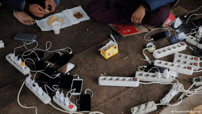 Mobile phones being charged (Foto: Reuters/M. Djurica)