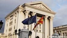 1_DWSkopjeNachEU-Nein_5Nov2019: Vor dem Regierungsgebäude in Skopje weht die EU-Flagge. Doch Beitrittsverhandlungen werden vorerst nicht stattfinden Zulieferung durch Florian Schmitz