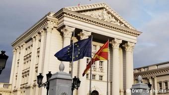 Nord-Mazedonien: Vor dem Regierungsgebäude in Skopje weht die EU-Flagge (DW/F. Schmitz)