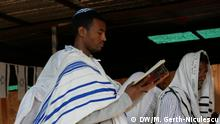 Bild: Ashenafi Titel: Jews in Ethiopia/Ashenafi Beschreibung: Ashenafi leading the prayer in the synagogue Ort: Gondar/Äthiopien Datum: 04.11.19 Autor: Maria Gerth-Niculescu (Korrespondentin)