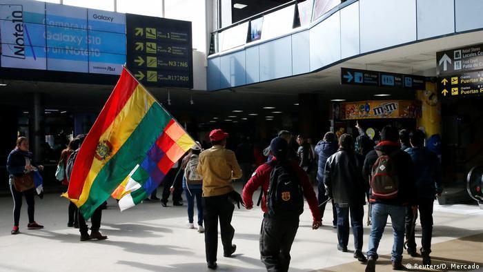 Partidarios del oficialista Movimiento al Socialismo (MAS) llegaron el martes (5.11.2019) al aeropuerto internacional de El Alto, en las afueras de La Paz, para impedir la llegada del líder opositor Luis Fernando Camacho.