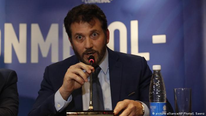 Alejandro Domínguez, presidente de la Conmebol, anuncia el cambio de sede en Luque, Paraguay (05.11.2019)