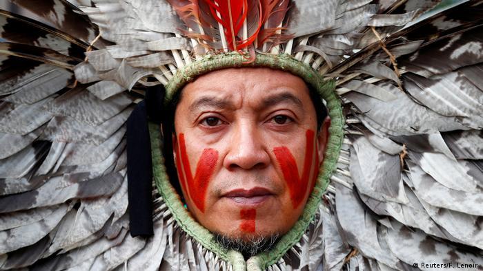Seorang pemimpin masyarakat adat Brasil ikut aksi unjuk rasa melawan pengrusakan Hutan Amazon di Belgia (Reuters/F. Lenoir )