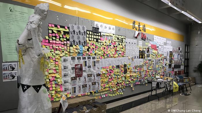 Hong Kong die Statue der Demokratie an der Uni wurde beschädigt