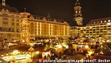 Der Striezelmarkt in Dresden am Abend mit der meterhohen Weihnachtspyramide