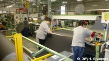 Textilarbeiterinnen der Firma C.H. Müller im Vogtland bei der Arbeit