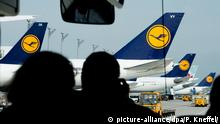 Passengers look out at Lufthansa airplanes at the international airport in Munich (picture-alliance/dpa/P. Kneffel/)