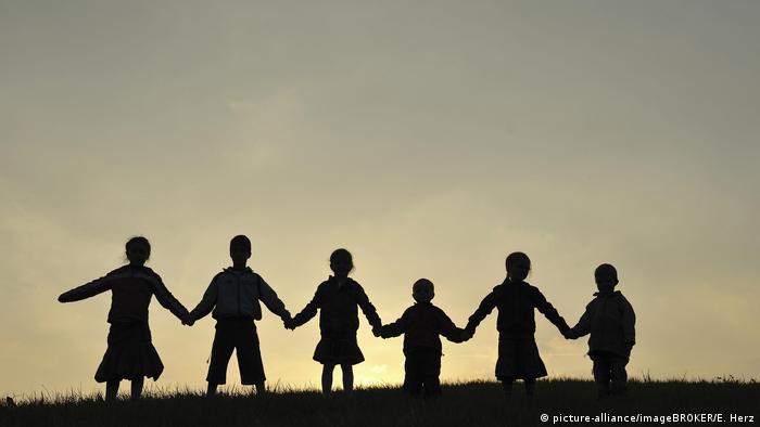 Дети, взявшиеся за руки