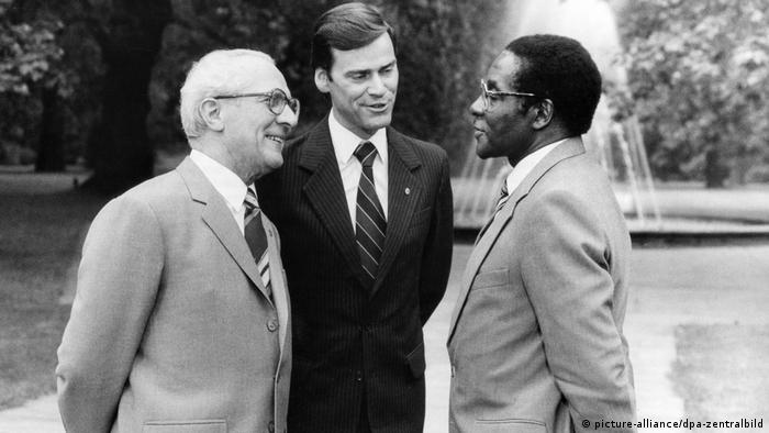Robert Mugabe bei Erich Honecker (picture-alliance/dpa-zentralbild)