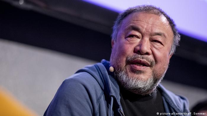 Ai Weiwei presenting a book in Berlin (picture-alliance/dpa/F. Sommer)
