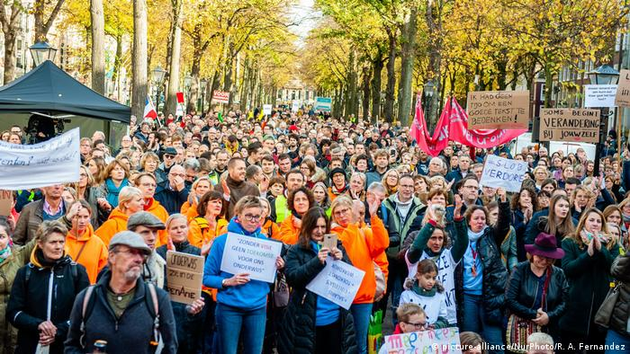 Teachers strike in the Hague (picture-alliance/NurPhoto/R. A. Fernandez)