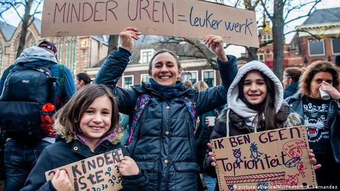 Students joined the teachers strike in the Hague (picture-alliance/NurPhoto/R. A. Fernandez)