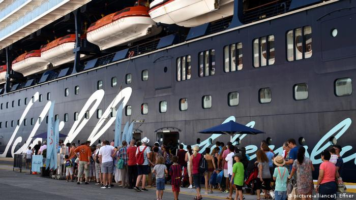 Passengers returning to a cruise ship after a shore excursion (picture-alliance/J. Effner)
