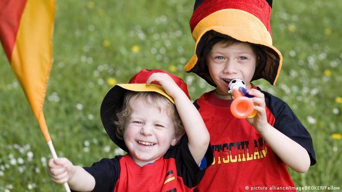 Юные футбольные фанаты с немецким триколором
