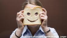Deutschland Emotion Glück l Symbolbild - Toastbrot vor Gesicht