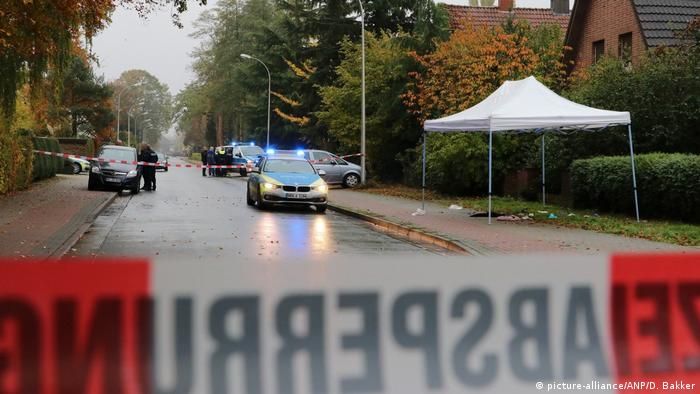 Police cars are parked in a street where a 43-year-old man was shot in Gronau, Germany (picture-alliance/ANP/D. Bakker)
