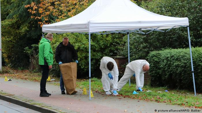 Investigators gather evidence from the site where a 43-year-old man was shot in Gronau, Germany (picture-alliance/ANP/D. Bakker)