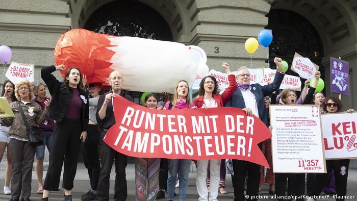 I u Švicarskoj se prošle godine prosvjedovalo protiv poreza na higijenske potrepštine za žene