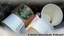 Pappbecher von Starbucks im Müll
