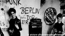 Eine Punkband aus der DDR spielt vor Publikum (undatierte Filmszene). Auch in der DDR hatten Jugendliche von den Sex Pistols und Co. gehört und sich in Sachen Mode und Lifestyle vom britischen Punk inspirieren lassen. Der Film dokumentiert und reflektiert die Geschichte des Punks im Osten Deutschlands und seine Wirkungsgeschichte bis zum heutigen Tag. Der Streifen kommt am 23. August 2007 in die deutschen Kinos. Foto: Neue Visionen Filmverleih (zu dpa-Kinostarts vom 16.08.2007. ACHTUNG: Verwendung nur für redaktionelle Zwecke im Zusammenhang mit der Berichterstattung über diesen Film!) nur s/w +++(c) dpa - Bildfunk+++   Verwendung weltweit