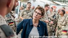21.08.2019, Irak, Erbil: Annegret Kramp-Karrenbauer (CDU), spricht im Bundeswehr Camp Stefan mit Soldaten der Bundeswehr, die im nordirakischen Kurdengebiet Peschmerga-Soldaten ausbilden. Foto: Michael Kappeler/dpa +++ dpa-Bildfunk +++ | Verwendung weltweit