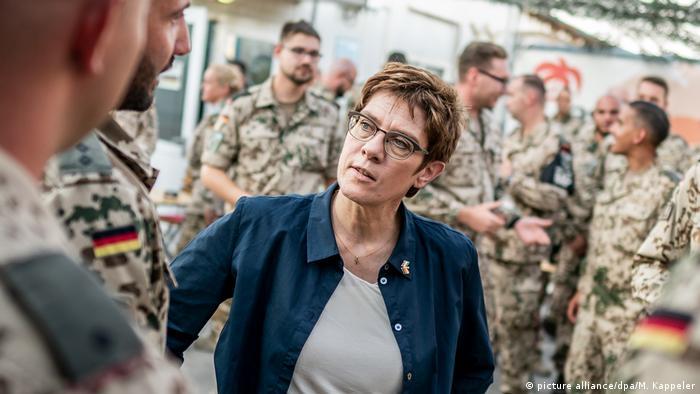 Nordirak l Verteidigungsministerin Annegret Kramp-Karrenbauer (CDU) will die Bundeswehr im Ausland stärken (picture alliance/dpa/M. Kappeler)