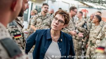 وزيرة الدفاع الألمانية آناغريت كرامب ـكارنباور خلال زيارتها للقوات الألمانية في كردستان العراق في صيف 2019