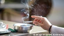 Aschenbecher mit qualmender Zigarette