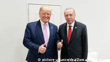 dpatopbilder - 28.06.2019, Japan, Osaka: US-Präsident Donald Trump (l) begrüßt den Präsidenten der Republik Türkei, Recep Tayyip Erdogan, in der Leaders Lounge des G20-Gipfels. Foto: White House/ZUMA Wire/dpa +++ dpa-Bildfunk +++  