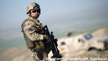 Ein Soldat der Bundeswehr sichert am 05.03.2013 bei Masar-i-Scharif in Afghanistan ein Tal. Foto: Maurizio Gambarini/dpa | Verwendung weltweit