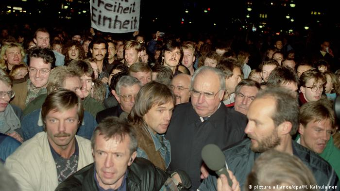 Wende DDR - Mauerfall - Kanzler Kohl in Berlin am 10.11.1989 (picture alliance/dpa/M. Kainulainen)