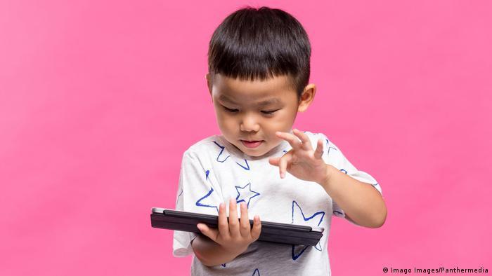 Asien Kind spielt auf Tablet (Imago Images/Panthermedia)