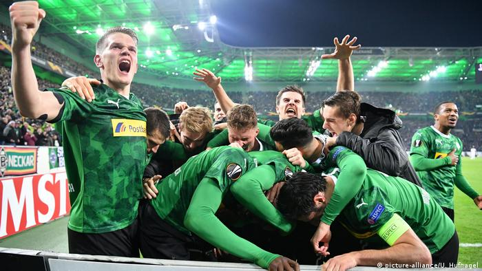 Borussia Mönchengladbach's players celebrate Marcus Thuram's late winner against AS Roma. (picture-alliance/U. Hufnagel)