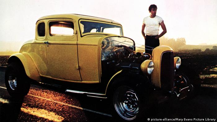 Film still American Graffiti man standing next to old car (picture-alliance/Mary Evans Picture Library)
