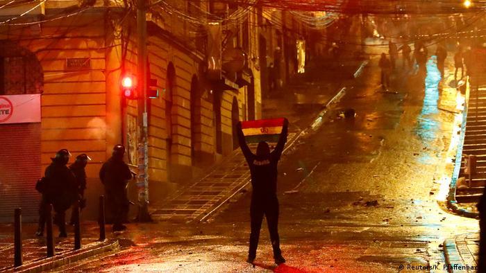Un manifestante con una bandera boliviana en La Paz, Bolivia.