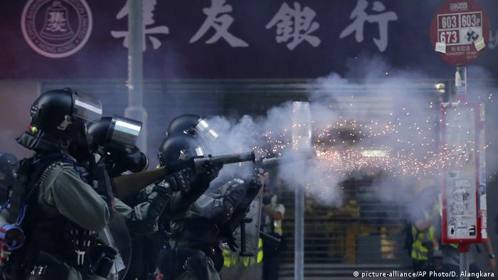 Hongkong | Polizisten feuern Tränengas auf Demonstranten (picture-alliance/AP Photo/D. Alangkara)