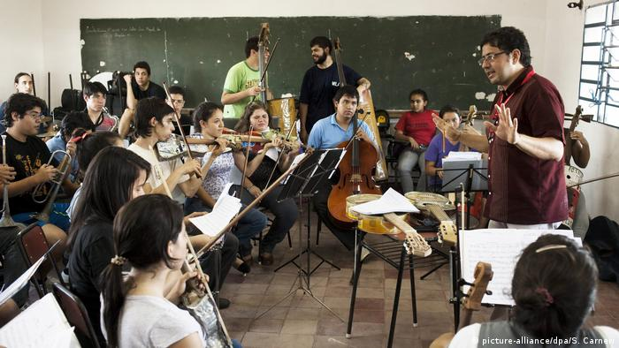 Paraguay | Orchestra of Recycled Instruments of Cateura (picture-alliance/dpa/S. Carneri)