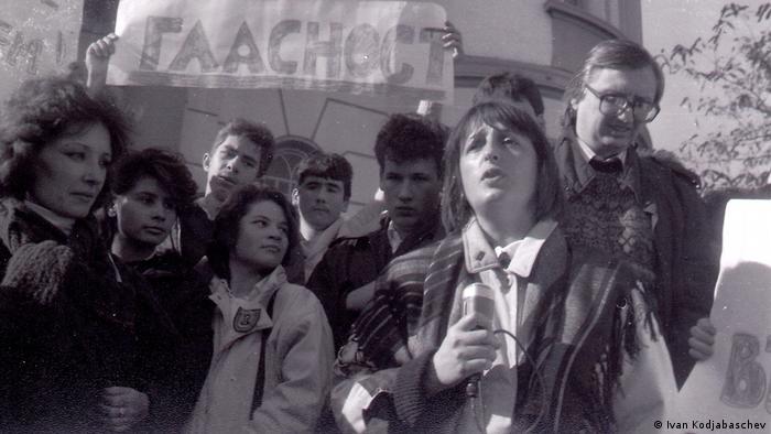 Пловдив, 18 ноември 1989: на преден план журналистката Нери Терзиева. (Снимка Иван Коджабашев)