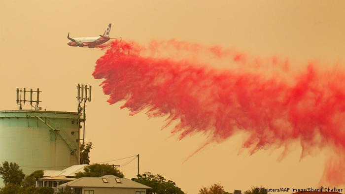Firefight plane dropping fire retardant (Reuters/AAP Image/Shane Chalker)