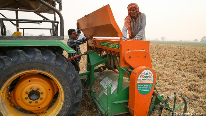 Satpal Ram, 67, operates a happy seeder machine being used to sow wheat in a field near Karnal, Haryana (DW/Catherine Davison)