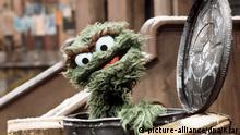 Der griesgrämige Oskar, ein Bewohner der Sesamstraße, in seiner Tonne. Aufgenommen am 1.3.1976. | Verwendung weltweit