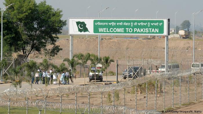 Foto de rótulo fronterizo que dice Bienvenidos a Pakistán