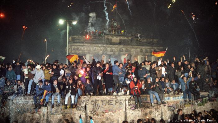 Deutschland Berlin Silvester 1989 am Brandenburger Tor (picture-alliance/dpa/W. Kumm)