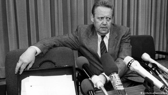SED Doğu Berlin yöneticisi Günter Schabowski, 9 Kasım 1989'da düzenlenen basın toplantısında yaptığı açıklamayla Berlin Duvarı'nın sonunu getirdi.